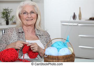 senior woman, kötés