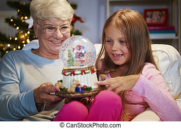senior woman, noha, lányunoka, birtok, egy, christmas dekoráció