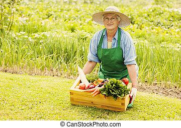 senior woman, noha, növényi