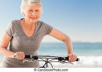 senior woman, noha, neki, bicikli