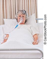 senior woman, noha, neki, lélegzőkészülék