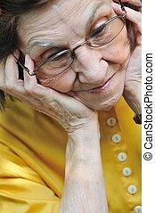 senior woman, nyugtalan