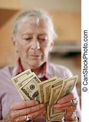 senior woman, räkning, besparingar, pengar., ytlig, dof,...