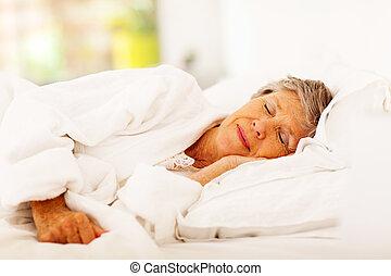 senior woman, säng, sova
