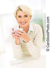 senior woman, supande kaffe