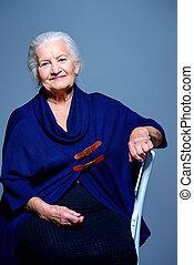 senior woman, szék