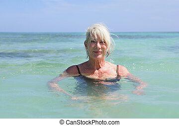 senior woman, tenger, úszás
