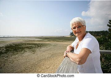 senior woman, tenger kilátás