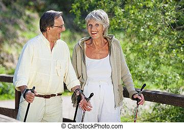senior woman, trekking, med, make, in, skog