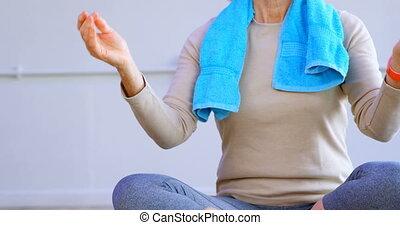 senior, yoga, centrum, 4k, gedresseerd, vrouw