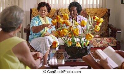 seniore vrouwen, speelkaart, spel, in, hospice