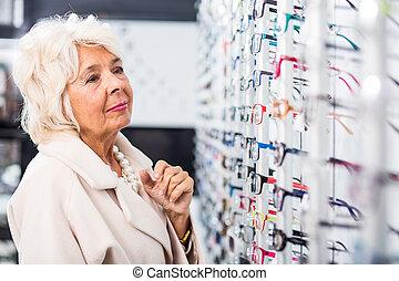 senioren, dame, an, brille, kaufmannsladen