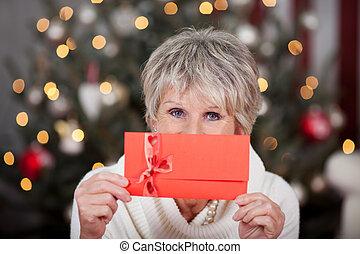 senioren, dame, mit, a, rotes , geschenk, gutschein