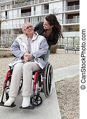 senioren, rollstuhl, frau, junger, anschieben