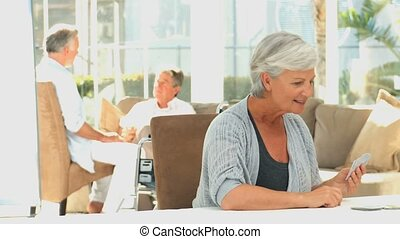 senioren, womens, kartenspielen