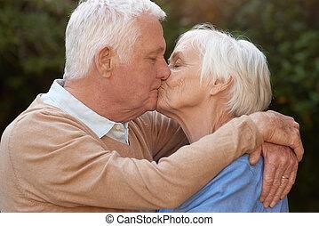 seniores, carinhoso, amor, abraçando, ao ar livre, beijando