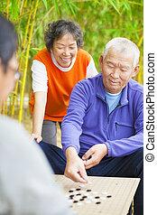 seniors, játék, kínai, hagyományos, játéktábla, jár