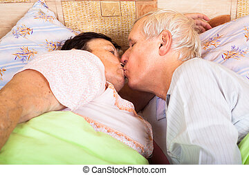 seniors, kyssande, säng, älskande