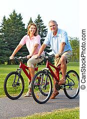 seniors, pareja, biking