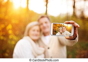seniors, selfies, toma, activo, ellos mismos