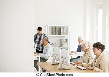 seniors, számítógépek, dolgozó