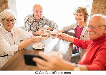seniors, tè, insieme, allegro, mentre, bere, fotografare