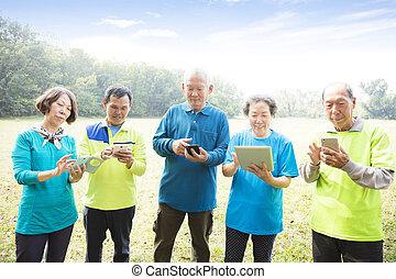 seniors, telefon, csoport, furfangos, használ