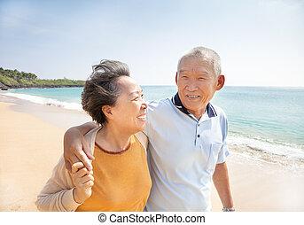 seniors, vandrande, strand, asiat, lycklig