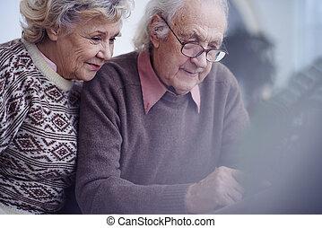 seniorzy, kochający