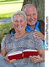 seniorzy, miłość, przeczytajcie, para, book., dojrzały