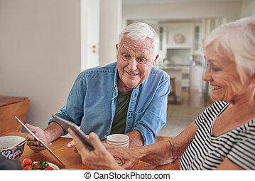 seniorzy, na, razem, tabletki, cyfrowy, używając, uśmiechanie się, śniadanie
