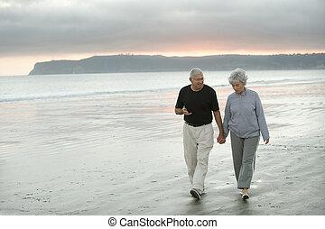 seniorzy, pieszy, plaża