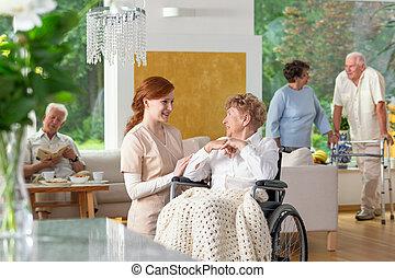 seniorzy, w, niejaki, luksus, życie pokój, od, niejaki, prywatny, osamotnienie, home., konserwator, caregiver, przez, na, starszy, dama, w, niejaki, wheelchair, w, przedimek określony przed rzeczownikami, przedpole.