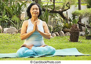 senoir, donna meditando