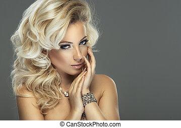 sensual, 美しい, ブロンド, 女, ポーズを取る, 中に, sensual, lingerie., 女の子, ∥で∥, 長い間, 巻き毛, hair.