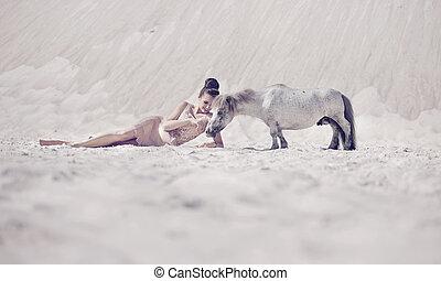 sensual, dama joven, juego, con, el, poney