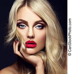 sensual, glamour, retrato, de, bonito, loura, mulher, modelo, senhora, com, luminoso, maquilagem, e, lábios vermelhos, tocar, dela, rosto, com, saudável, cabelo ondulado, ligado, experiência preta
