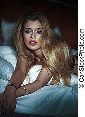 sensual, loiro, mulher, em, bed.