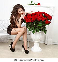 sensual, morena, mujer, con, rosas rojas, ramo, valentines,...