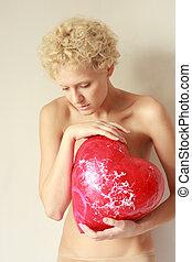 sensual, mulher jovem, com, um, grande, brinquedo, coração, em, a, hands.