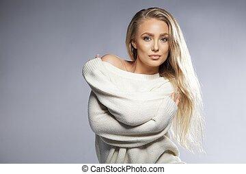 sensual, mulher jovem, posar, em, oversized, suéter