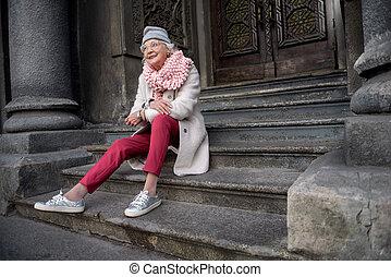 sensual, mulher madura, relaxante, ligado, escadas, de, edifício histórico