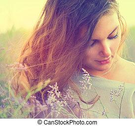 sensual, mulher, mentindo, ligado, um, prado, com, flores violetas