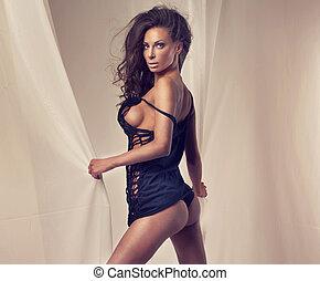 sensuale, brunetta, donna, in, sexy, lingerie.