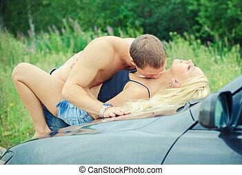 sensuale, coppia, fare amore, su, il, car's, hood.