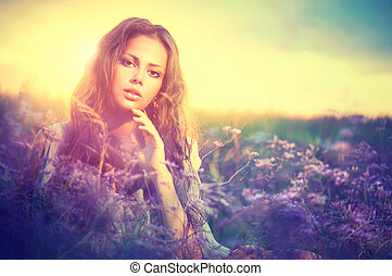 sensuale, donna, dire bugie, su, uno, prato, con, fiori viola