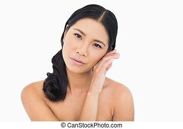 sensuale, haired scuro, modello, toccante, lei, guancia