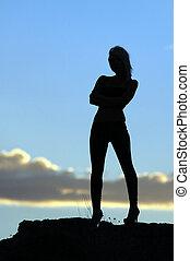 sensuale, silhouette, in, il, deserto, a, tramonto