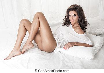 sensuelles, brunette, dame, poser, dans lit