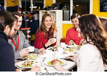 sentada de la gente, en, el, tabla de banquete